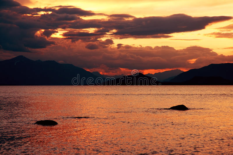 Sonnenuntergang auf Mountainsee lizenzfreies stockbild