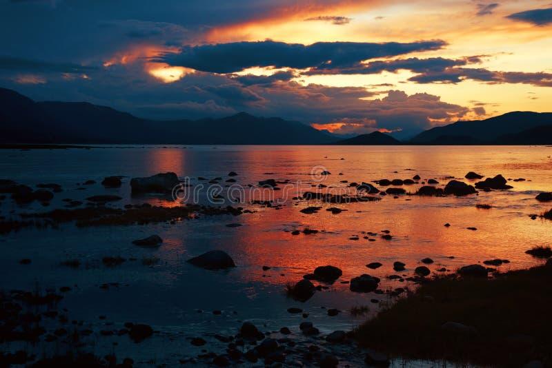 Sonnenuntergang auf Mountainsee lizenzfreie stockfotografie