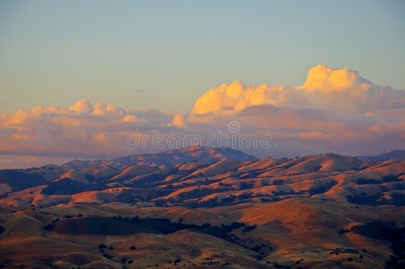 Sonnenuntergang auf Mt. Hamilton lizenzfreies stockfoto