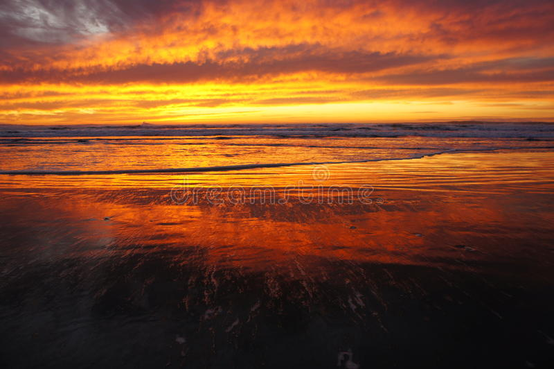 Sonnenuntergang auf Ozean-Strand lizenzfreie stockfotografie
