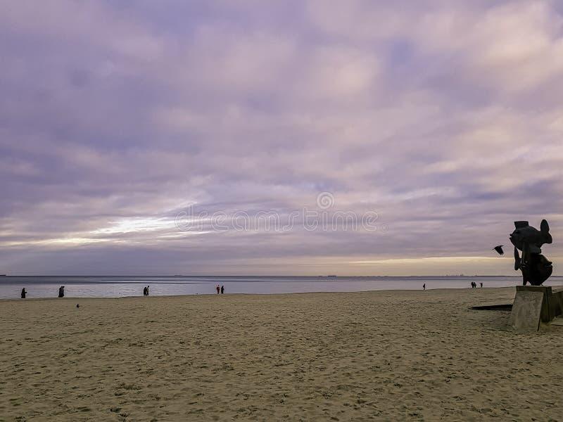 Sonnenuntergang auf polnischer Küste mit Fischmonument und Ostsee in Gdynia lizenzfreies stockfoto