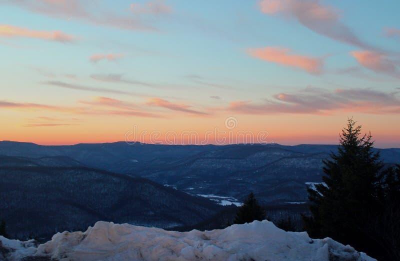 Sonnenuntergang auf Schnee stockbilder