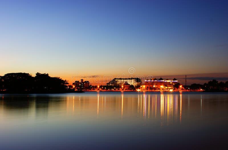 Sonnenuntergang auf See stockfotos