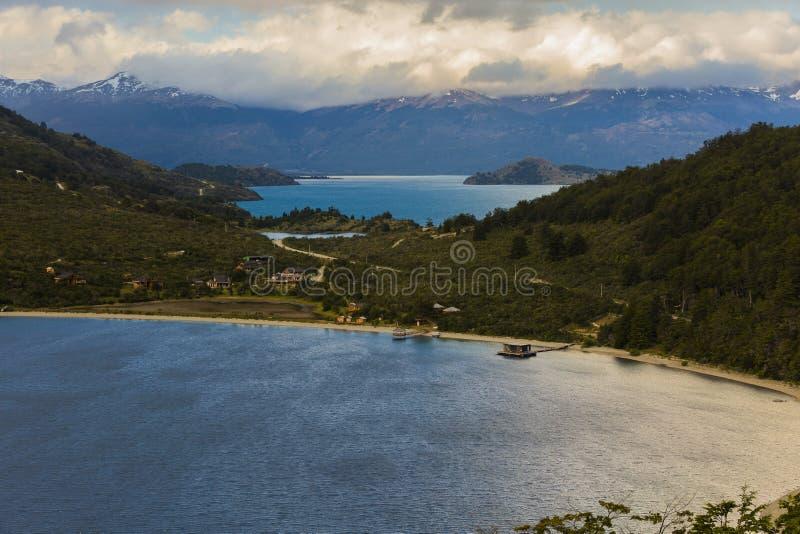 Sonnenuntergang auf See in Puerto Bertrand Die Straße Carretera Austral, chilenischer Patagonia lizenzfreie stockbilder