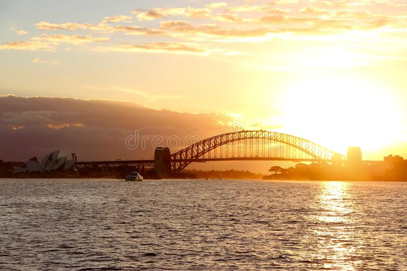 Sonnenuntergang auf Sydney Harbour Bridge stockfotos