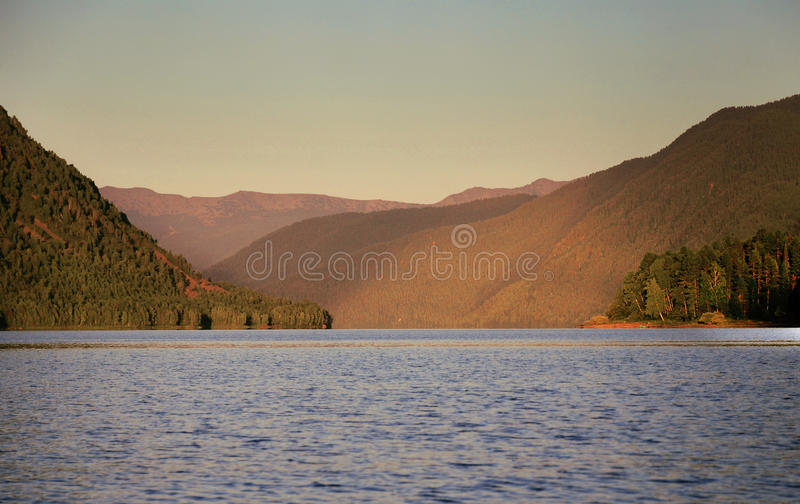 Sonnenuntergang auf Teletskoye See lizenzfreies stockfoto