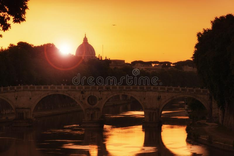Sonnenuntergang auf Tiber-Fluss, Tevere, in Rom mit St- Peterhaube lizenzfreie stockfotos