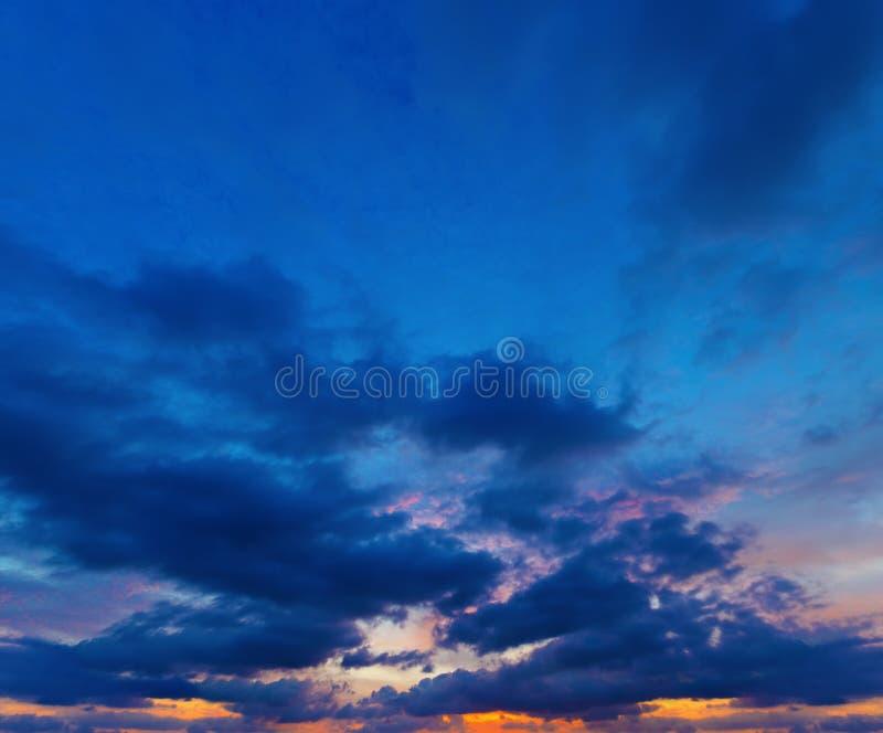 Sonnenuntergang auf tiefem blauem Himmel. Panorama von einigen Fotos. stockfotografie
