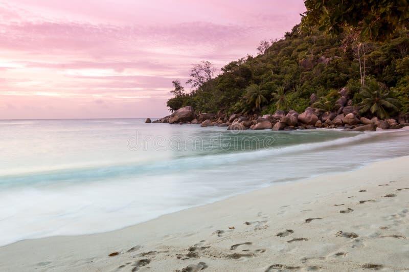 Sonnenuntergang auf tropischem Strand - Seychellen - Naturhintergrund lizenzfreies stockfoto