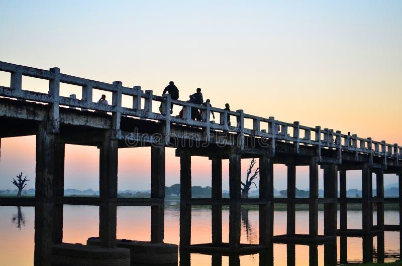 SONNENUNTERGANG auf U-Beinbrücke lizenzfreie stockbilder