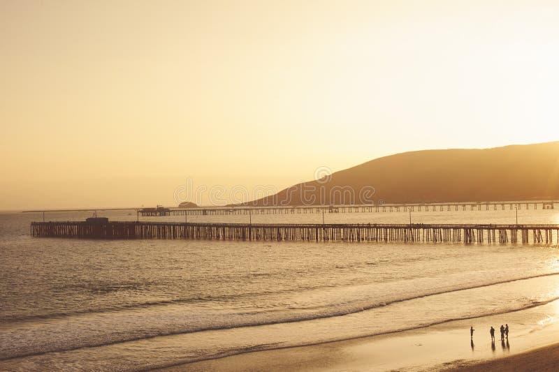 Sonnenuntergang an Avila-Strand mit Pier stockbilder