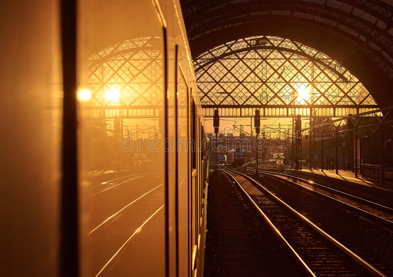 Sonnenuntergang am Bahnhof stockfotografie