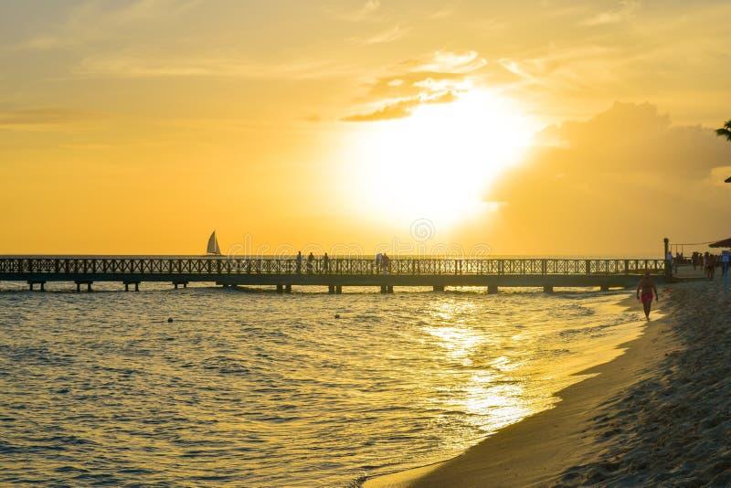 Sonnenuntergang an Bayahibe-Strand in der Dominikanischen Republik lizenzfreie stockbilder