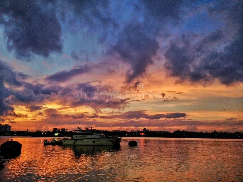 Sonnenuntergang bei Babughat Kolkata auf den Banken von heiligem Fluss der Ganges lizenzfreie stockbilder