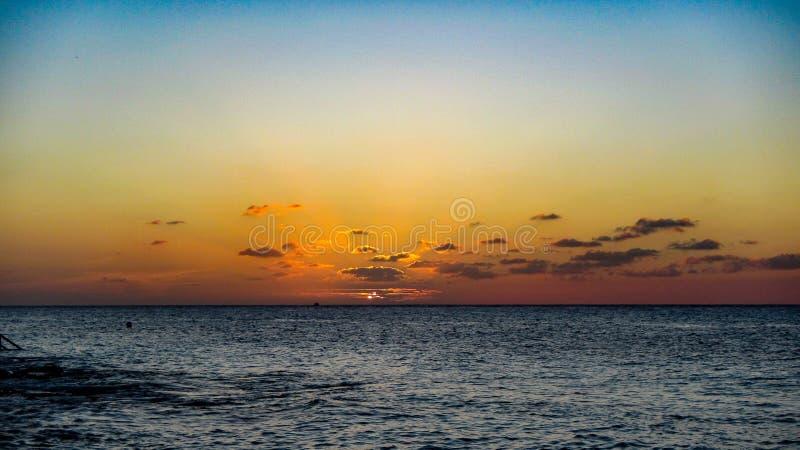 Sonnenuntergang bei Cozumel auf den Karibischen Meeren, Mexiko lizenzfreie stockfotos