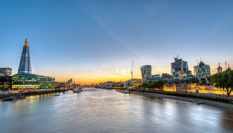 Sonnenuntergang bei der Themse in London stockfoto