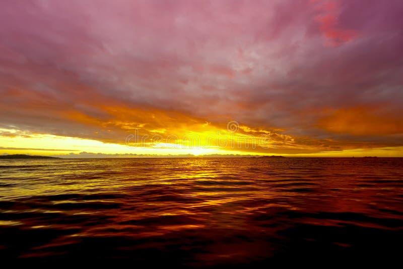 Sonnenuntergang bei Fidschi stockfotografie