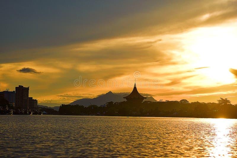 Sonnenuntergang bei Kuching, Sarawak, welches die Stadt vom Sarawak-Fluss ?bersieht lizenzfreie stockbilder