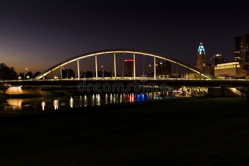 Sonnenuntergang bei Main Street band Bogen-Hängebrücke über Scioto-Fluss in Columbus, Ohio stockfotos