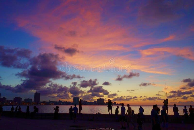 Sonnenuntergang bei Malecon, das berühmte Havana promeniert, wo Habaneros, Liebhaber und sich am allermeisten einzelne Fischer tr stockbild