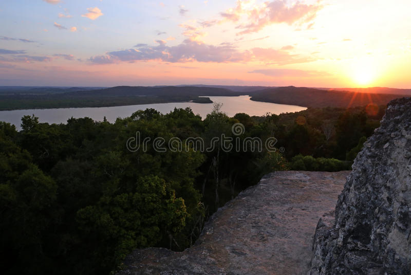 Sonnenuntergang bei Yaxha, Mayapyramide in Guatemala lizenzfreie stockfotografie