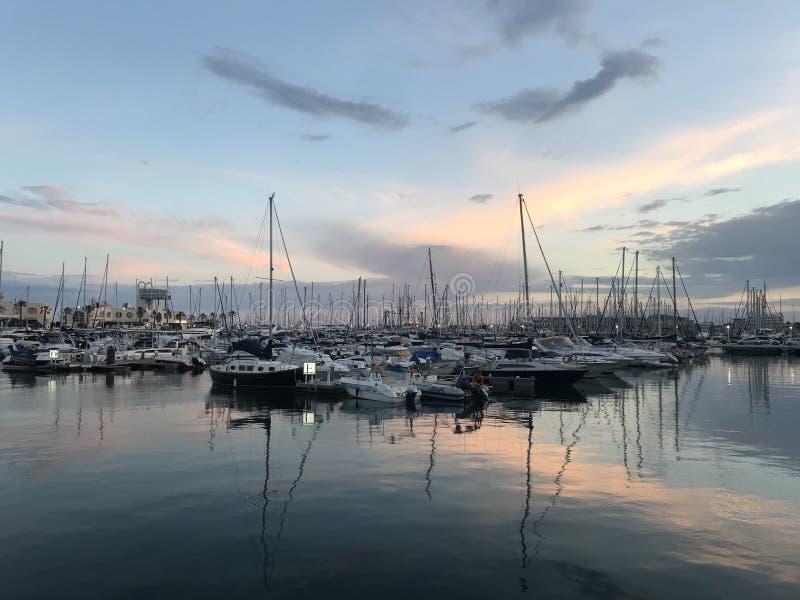 Sonnenuntergang ?ber dem Hafen von Alicante, Spanien lizenzfreie stockfotografie