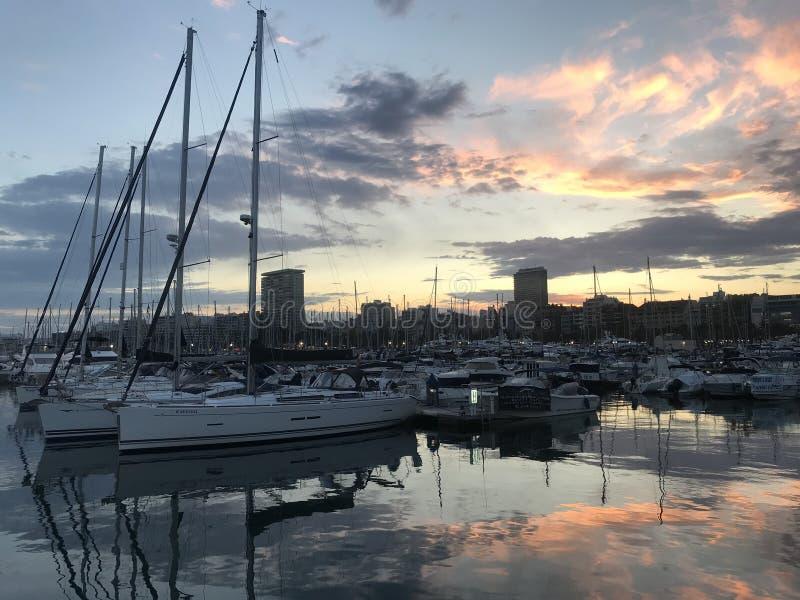 Sonnenuntergang ?ber dem Hafen von Alicante, Spanien stockbilder