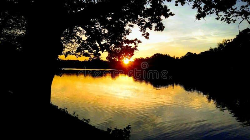 Sonnenuntergang ?ber dem See lizenzfreies stockbild