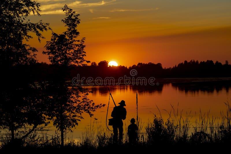 Sonnenuntergang ?ber dem See lizenzfreies stockfoto
