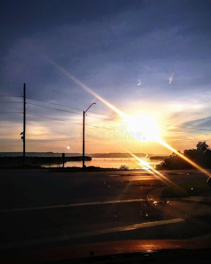 Sonnenuntergang ?ber dem Wasser lizenzfreie stockfotografie