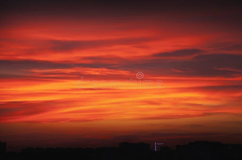 Sonnenuntergang ?ber der Stadt stockfotos