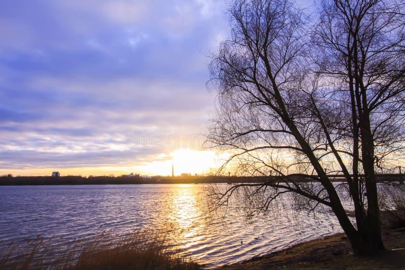 Sonnenuntergang ?ber Fluss Daugava lizenzfreie stockbilder