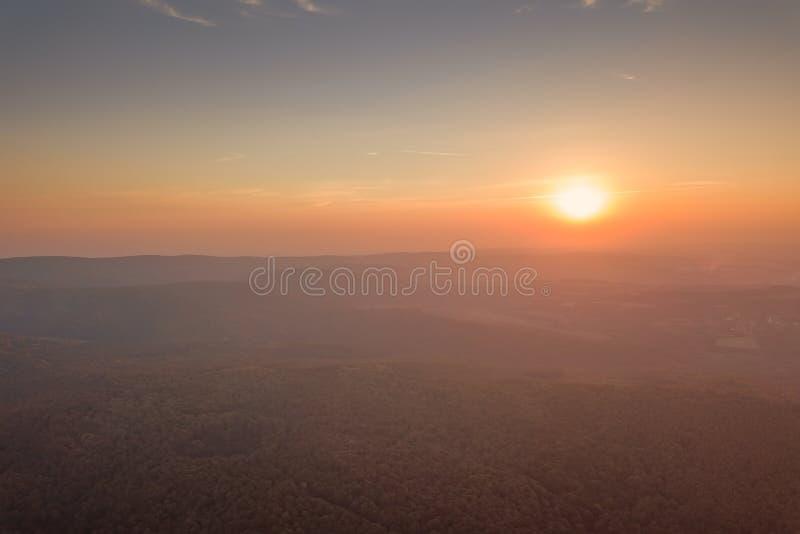Sonnenuntergang ?ber Herbstwaldvogelperspektive-Herbstlandschaft stockbild