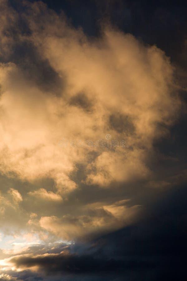 Sonnenuntergang bewölkt Regen nachher lizenzfreie stockbilder