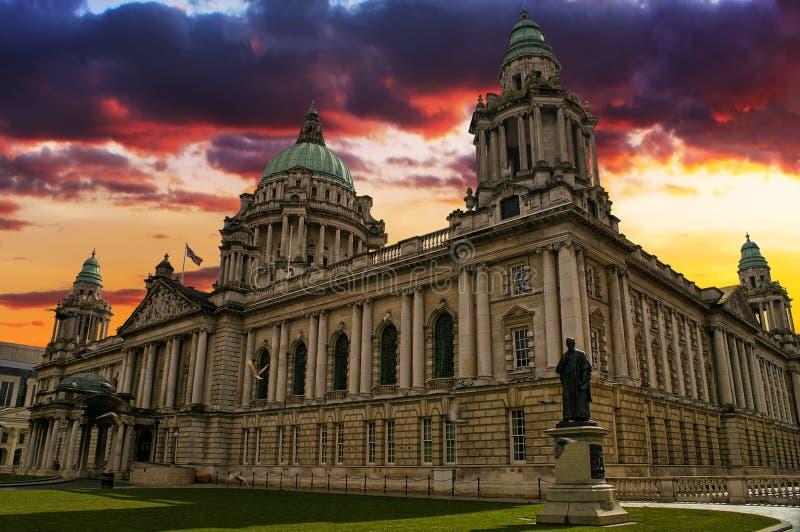 Sonnenuntergang-Bild von Rathaus, Belfast Nordirland lizenzfreie stockfotografie