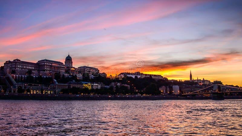 Sonnenuntergang in Budapest lizenzfreie stockbilder