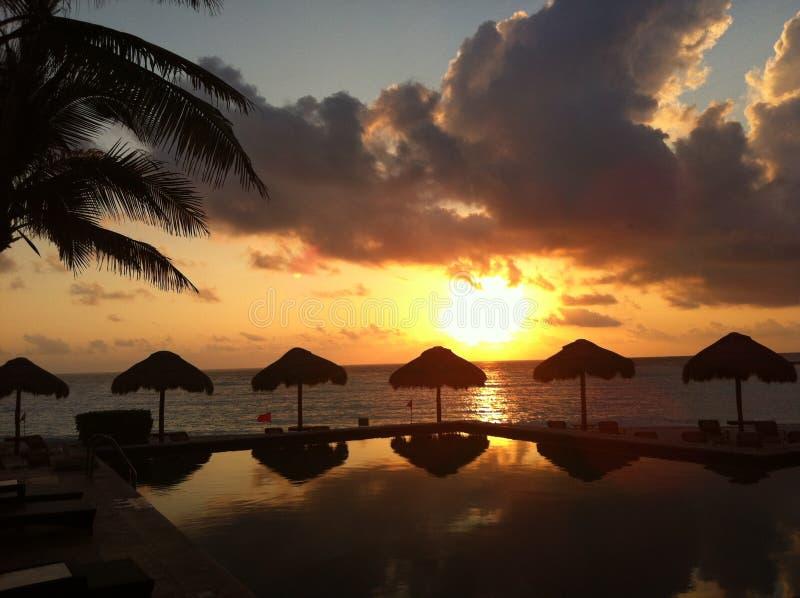 Sonnenuntergang in Cancun, Mexiko lizenzfreie stockbilder