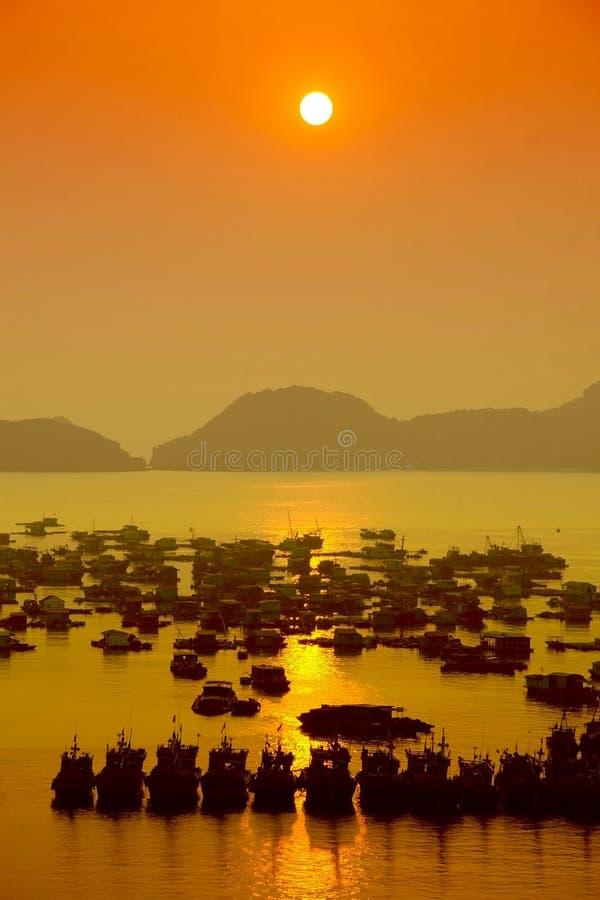 Sonnenuntergang in Catba-Insel, Halong-Bucht stockfotografie