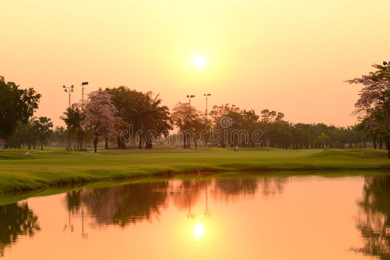 Sonnenuntergang in dem Fluss stockfotos