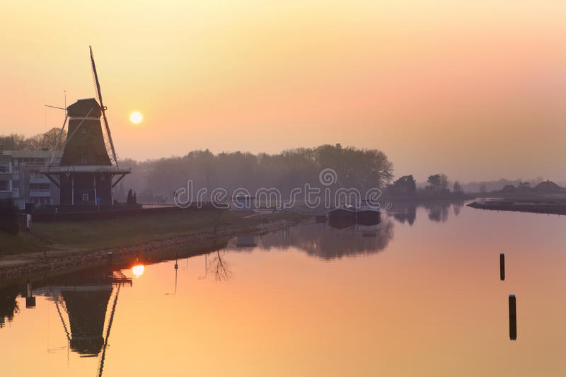 Sonnenuntergang in dem Fluss lizenzfreie stockfotos