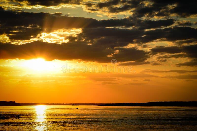 Sonnenuntergang in dem Fluss lizenzfreie stockfotos