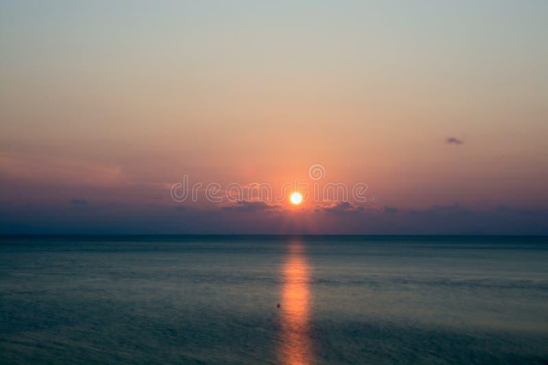 Sonnenuntergang in dem Meer lizenzfreies stockfoto