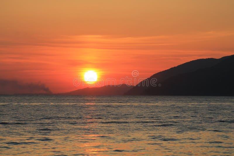 Sonnenuntergang in dem Meer in der Stadt von Gagra lizenzfreie stockfotografie