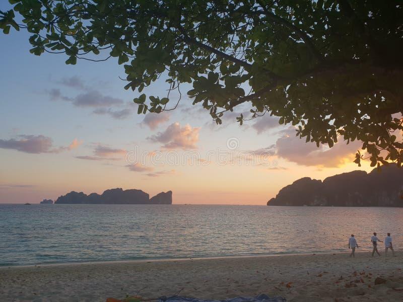 Sonnenuntergang in dem Ozean lizenzfreies stockfoto