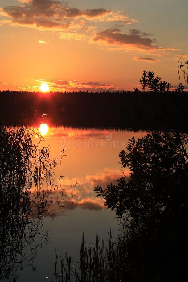 Sonnenuntergang in dem See lizenzfreie stockfotos