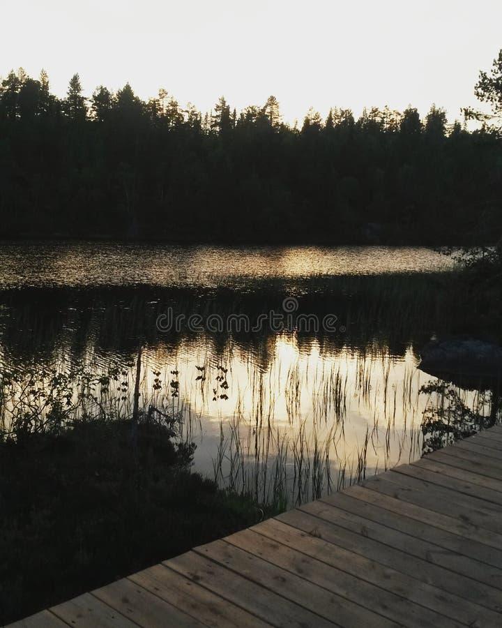 Sonnenuntergang in dem See lizenzfreie stockbilder