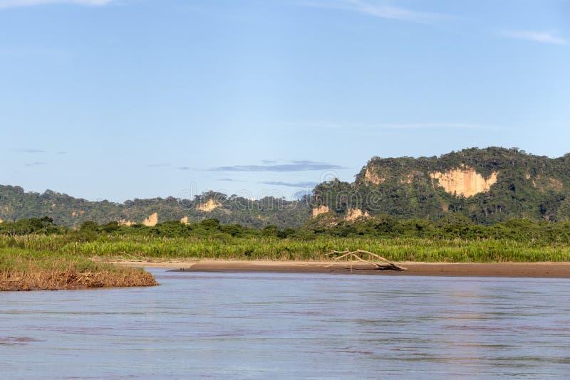 Sonnenuntergang an den Beni-Flussklippen, Abenteuer in den Dschungeln Nationalparks Madidi, der Amazonas-Becken in Bolivien, Süda lizenzfreies stockfoto