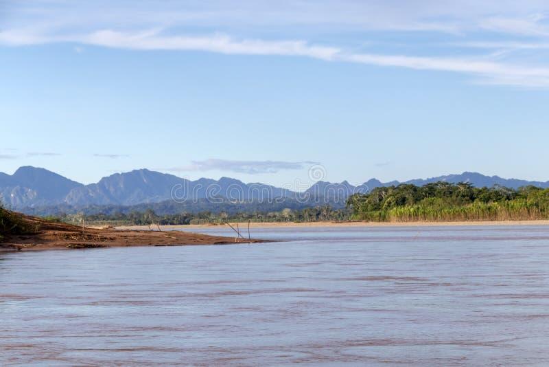 Sonnenuntergang an den Beni-Flussklippen, Abenteuer in den Dschungeln Nationalparks Madidi, der Amazonas-Becken in Bolivien, Süda stockbild