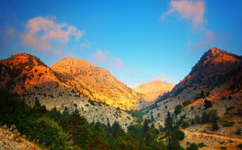 Sonnenuntergang in den Bergen lizenzfreies stockbild