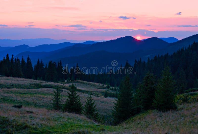 Sonnenuntergang in den Bergen lizenzfreie stockbilder